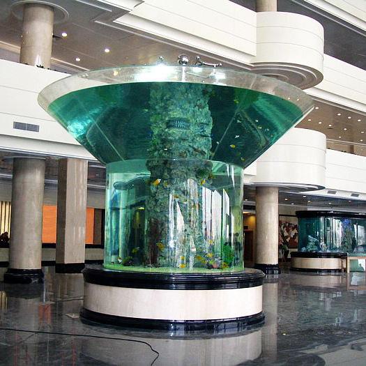 Acuario de acrílico único en el vestíbulo del hotel.