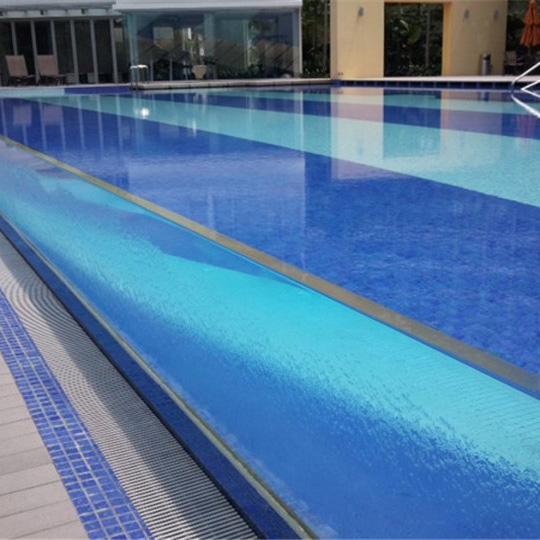 Piscina acrílica dentro de la piscina acrílica.